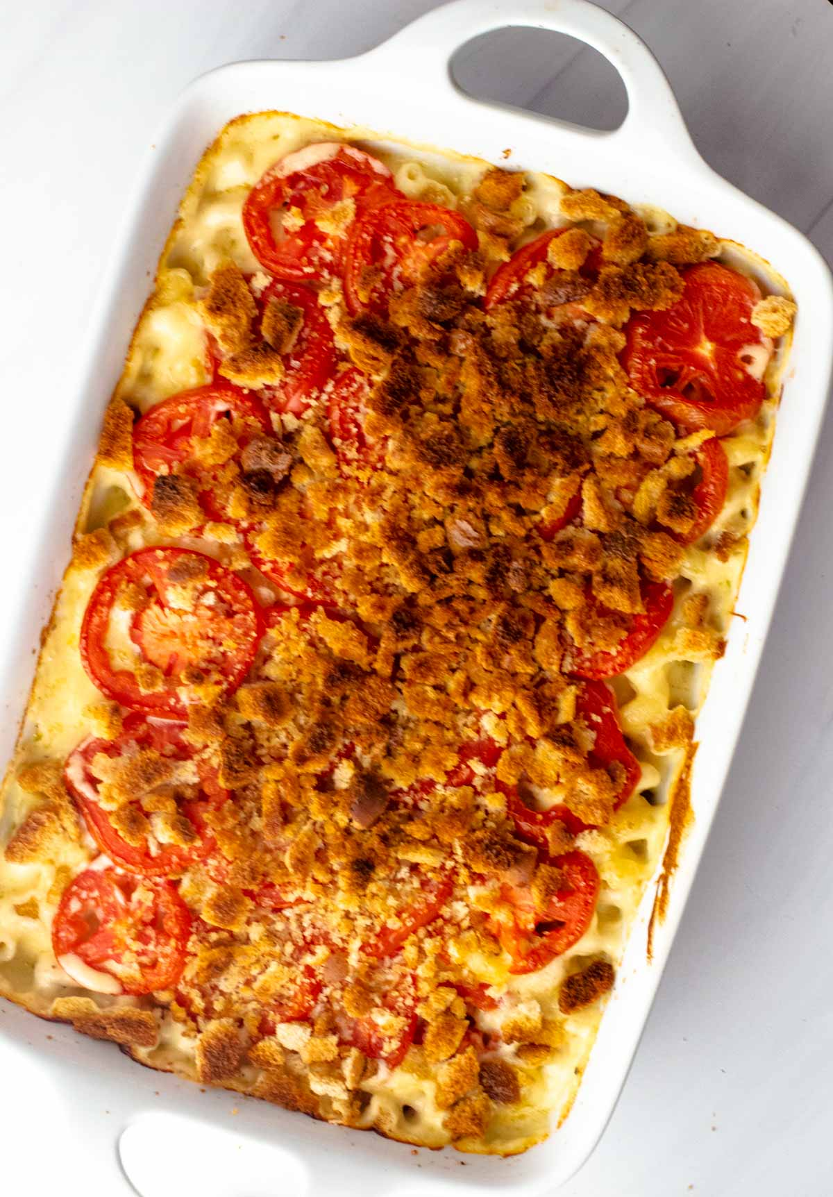 Baked macaroni and cheese with tomatoes