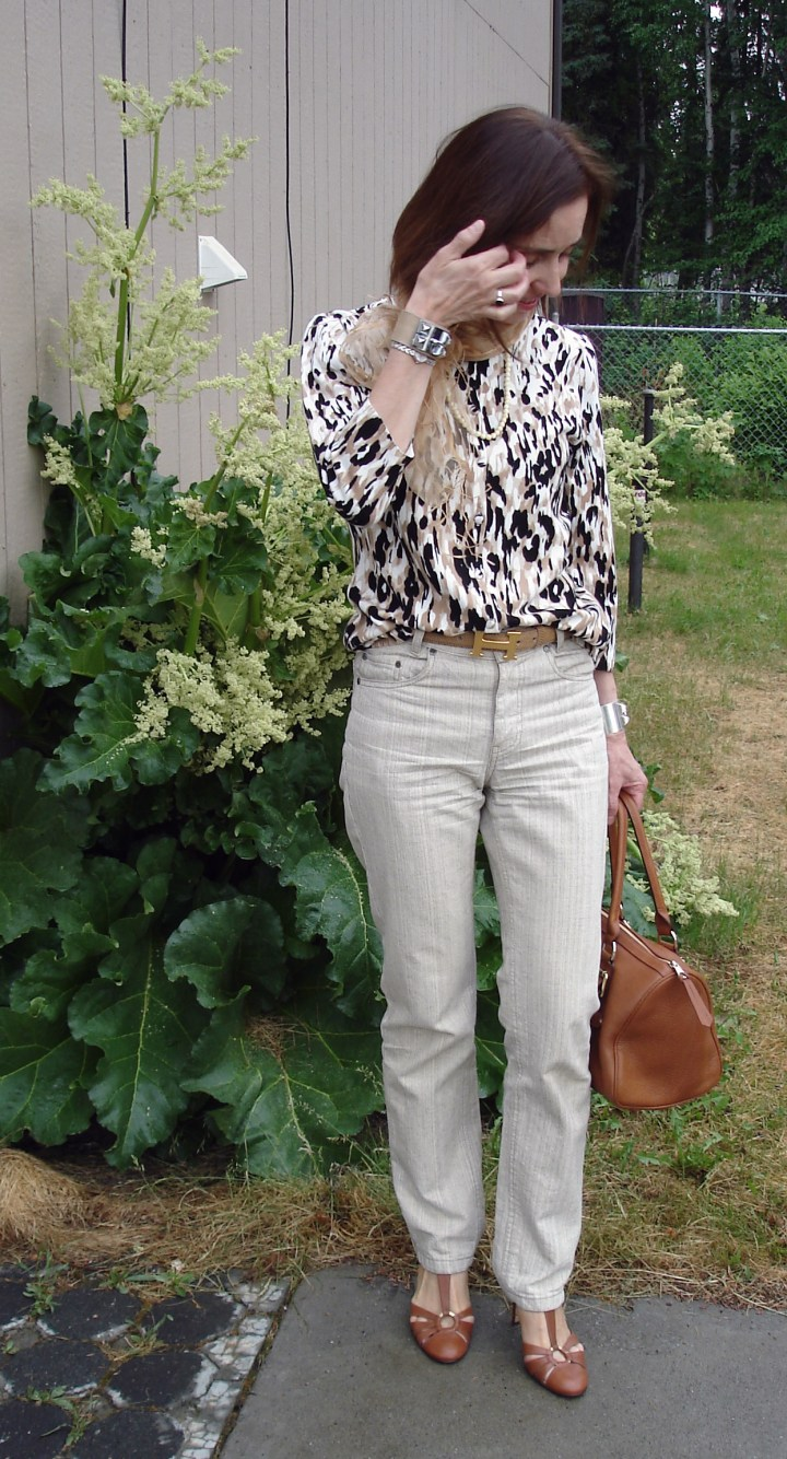 over 50 years old fashion blogger doning a business casual summer style in smoky colors data-recalc-dims=