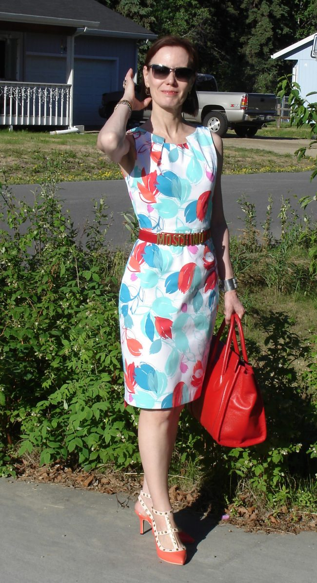stylist in bastract floral print white sheath dress