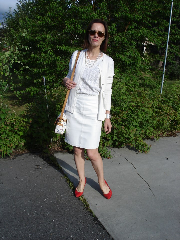#fashionover50 mature woman in all white work outfit with red pumps