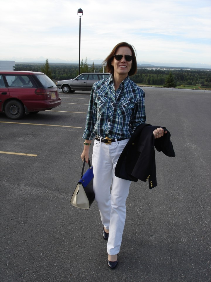 #fashionover40 #over50fashion #menswearover40 midlife woman in boyfriend jeans with navy blazer, plaid shirt, and pumps