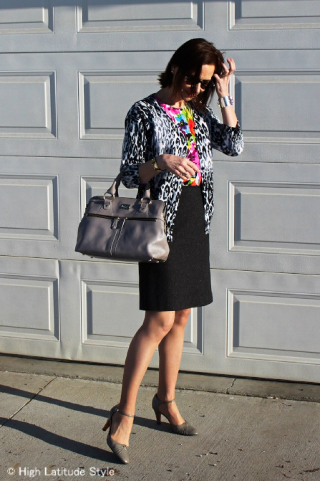 over 50 years old fashion blogger looking posh chic in a work outfit with with leopard and floral print