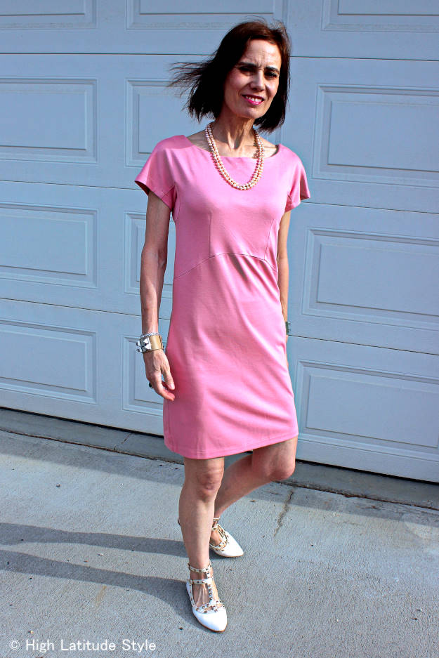 life style blogger in posh chic in new baby-pink jersey dress