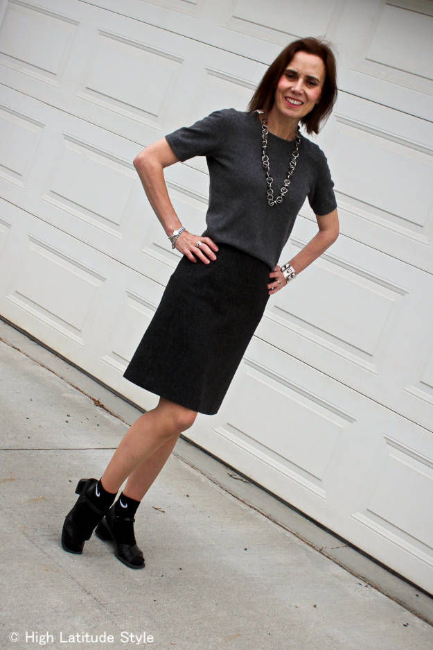 #streetstyle #normcore 40+ woman in work outfit with Normcore detail