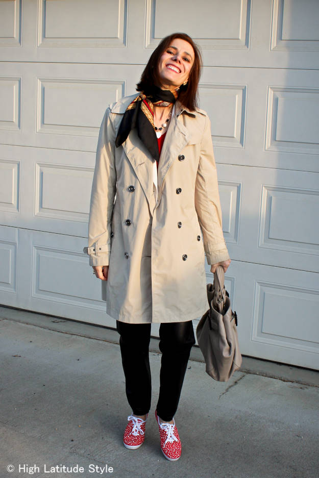 #Streetstyle woman in Keds with trench coat