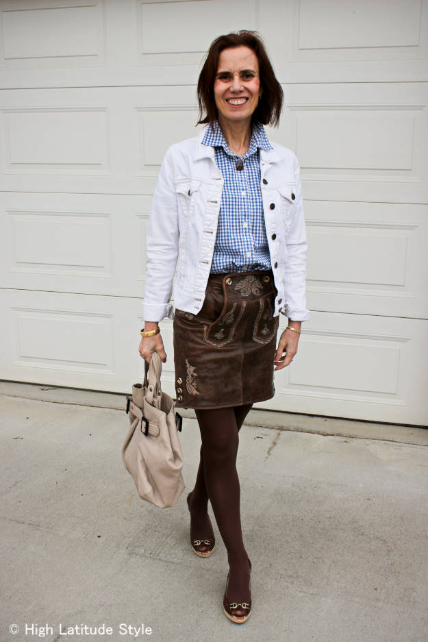 #streetstyleover40 mature woman wearing a Hosentürle skirt