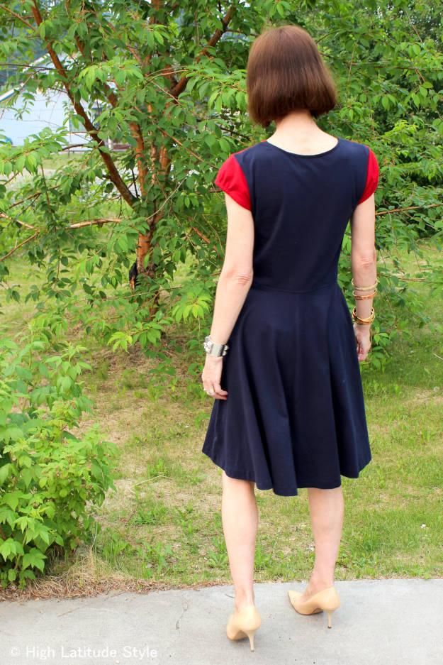 #maturefashion  back view of color block t-shirt dress