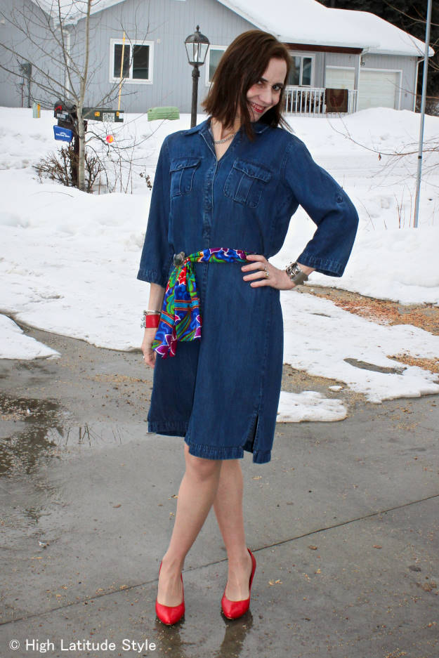 #fashionover40 fashion blogger in colorful outfit on a rainy spring day