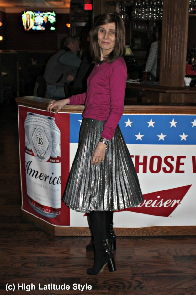 #styleover40 womain in pleated silver skirt and pink top