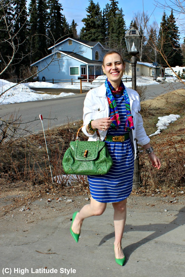 babyboomer in casual spring outfit