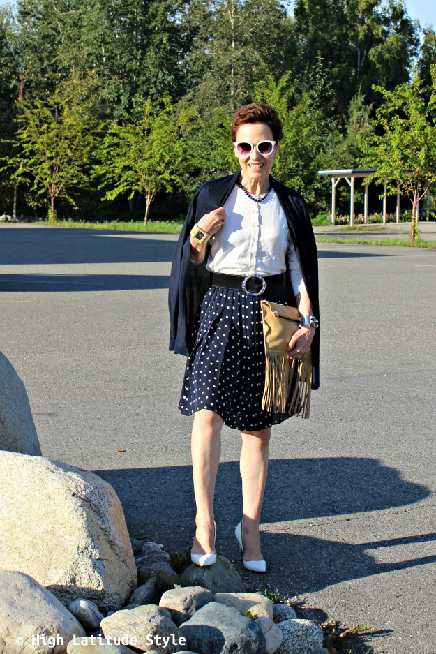style blogger in blue and white autumn office look
