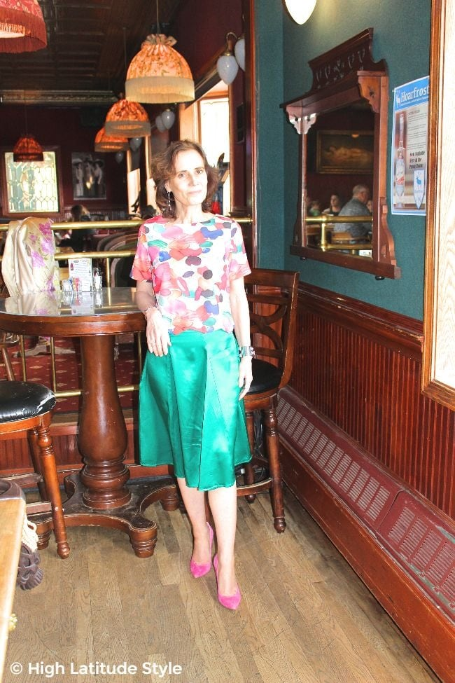 #fashiononabudget #turningfashionintostyle woman in cheap multi-color top, teal skirt and great deal pumps