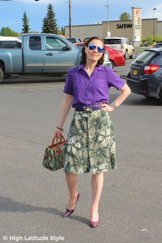 upcycling blogger in a self-made skirt from a shirt