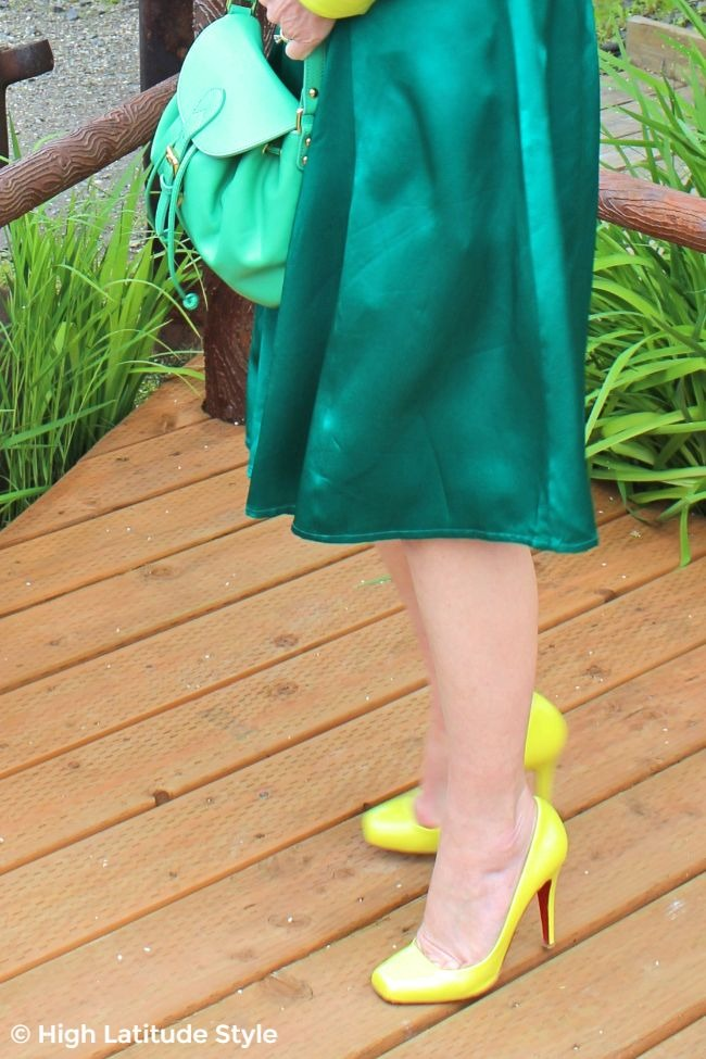 zoom on pumps, skirt, and purse