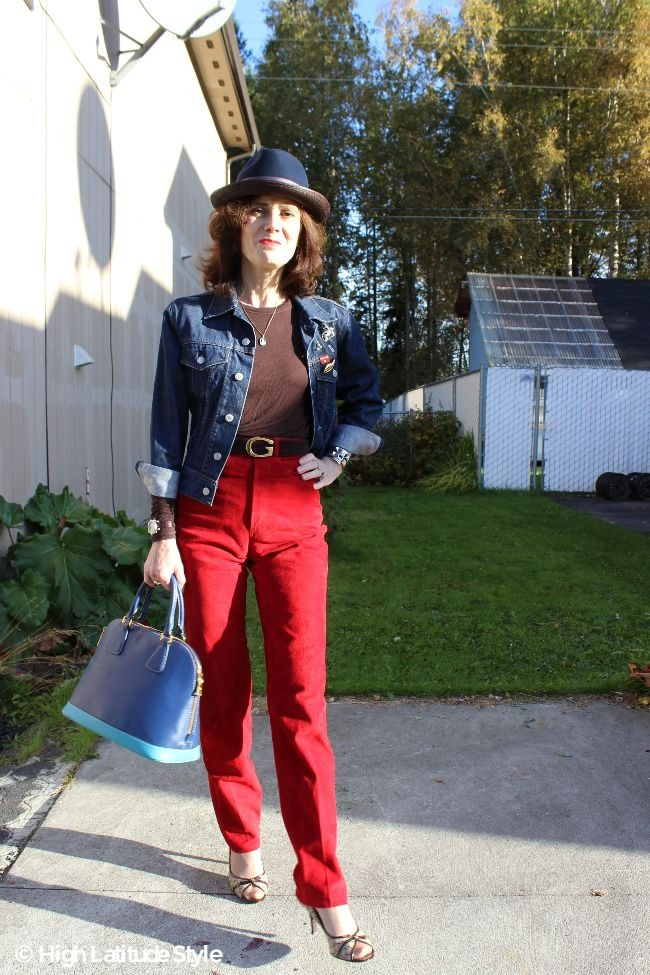 olders lady in Casual Friday outfit with high waist pants, cropped jacket and fedora
