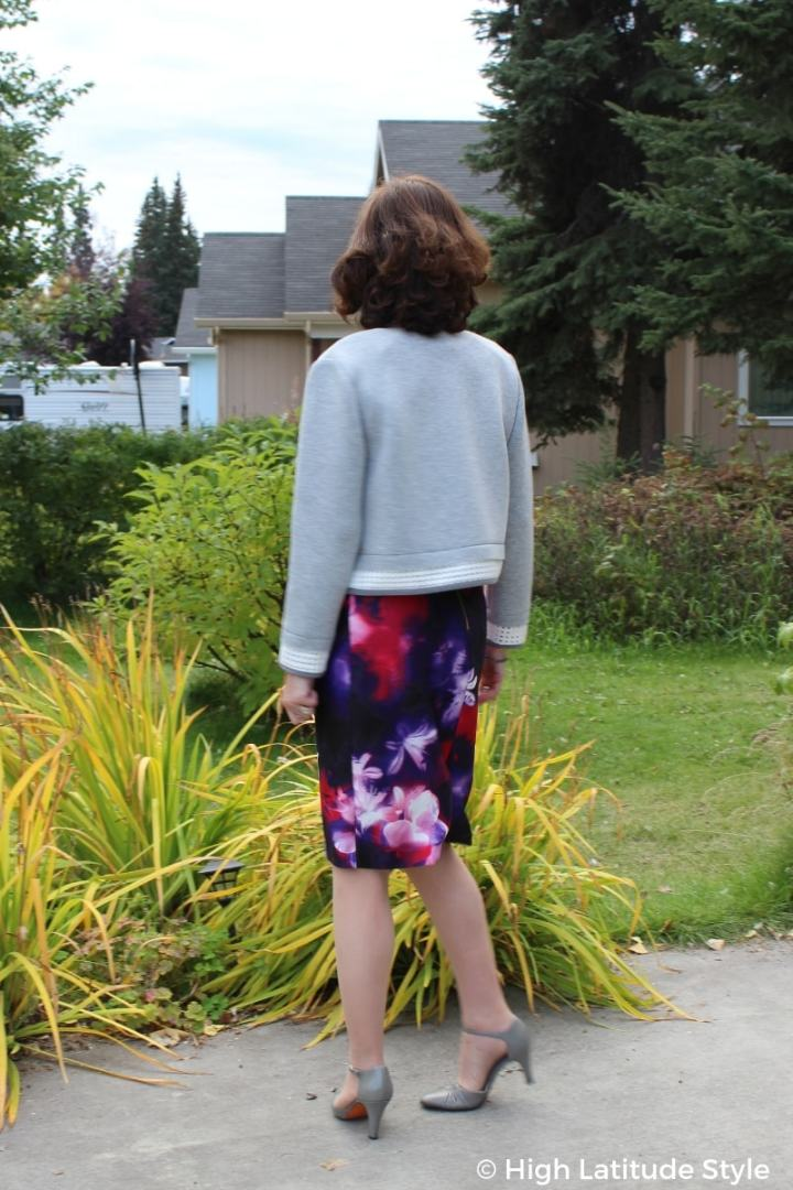 #over50fashion woman in work outfit with floral print bottom, gray pumps and gray cropped top