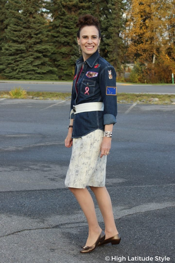#midlifestyle style blogger Nicole in DIY shirt, belt and skirt with Vara pumps