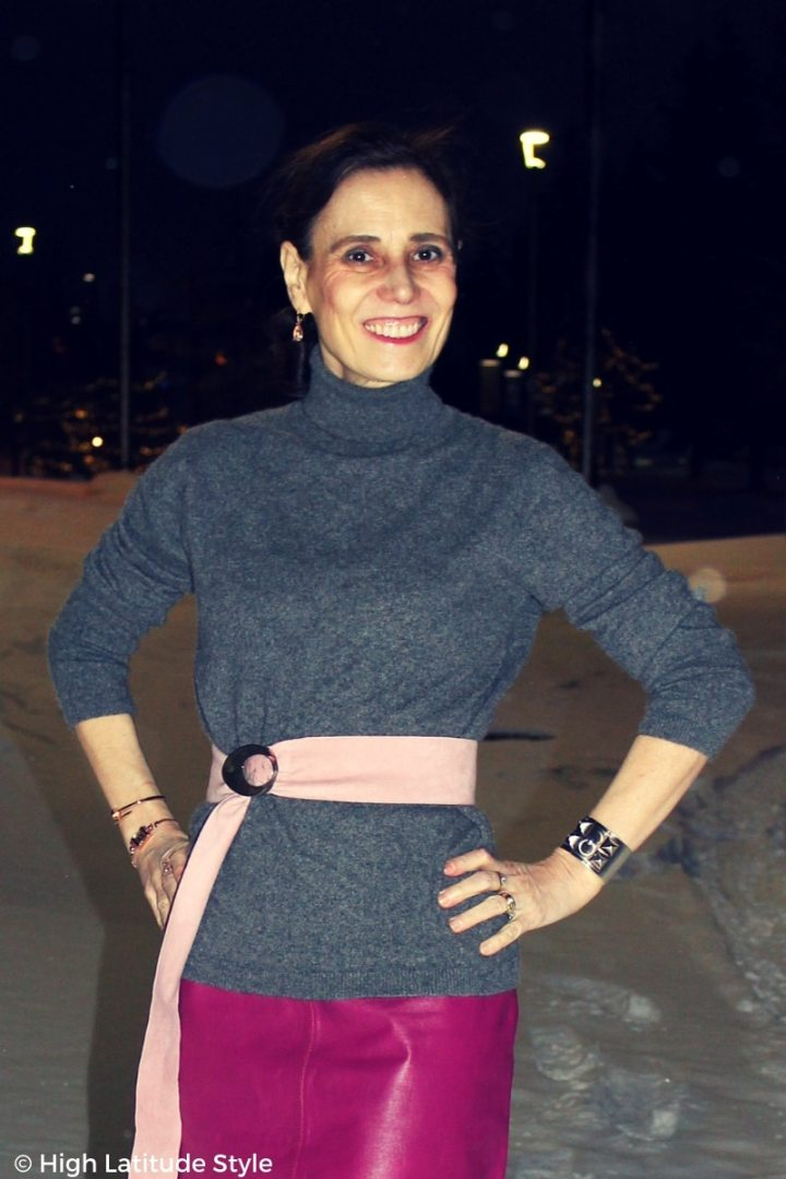 Style blogger Nicole Mölders standing in snowy street in pink-gray LOTD