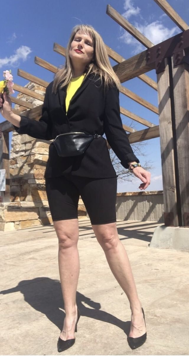 Cindy Scurry in bikers, blazer, pumps, yellow T-shirt and fannybag