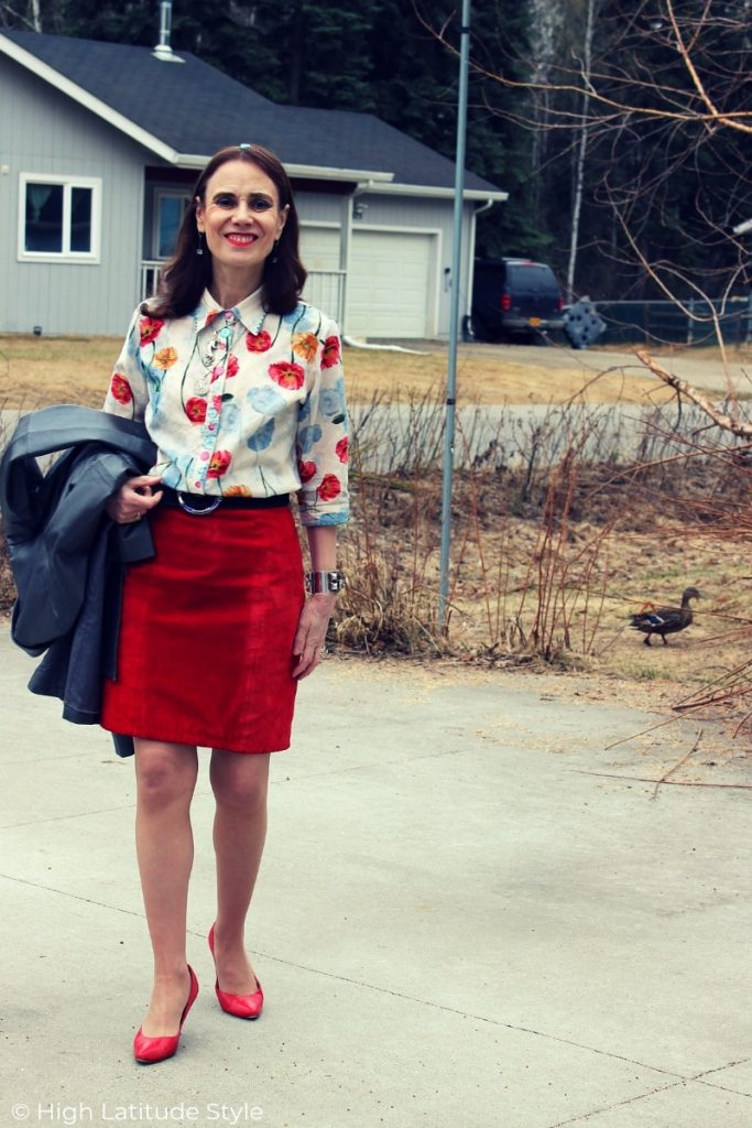 midlife blogger in springstyle with suede skirt and abstract print shirt