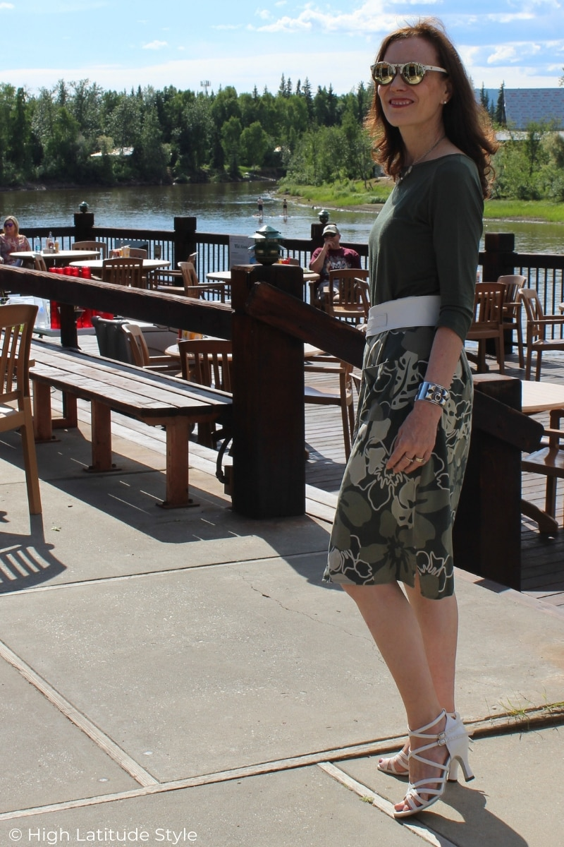 over 50 years old fashion blogger in T-shirt and camouflage inspired Hawaiian print skirt