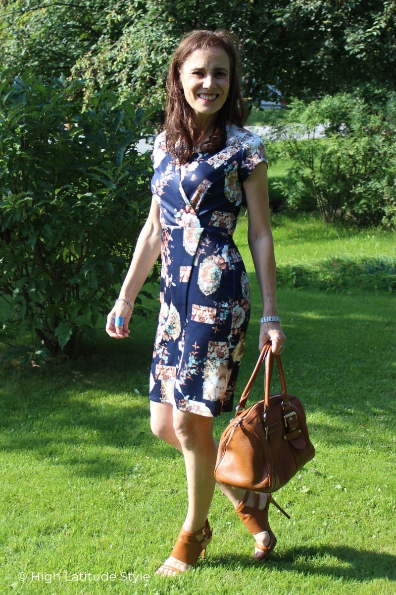 Nicole in blue printed sleek dress autumn look