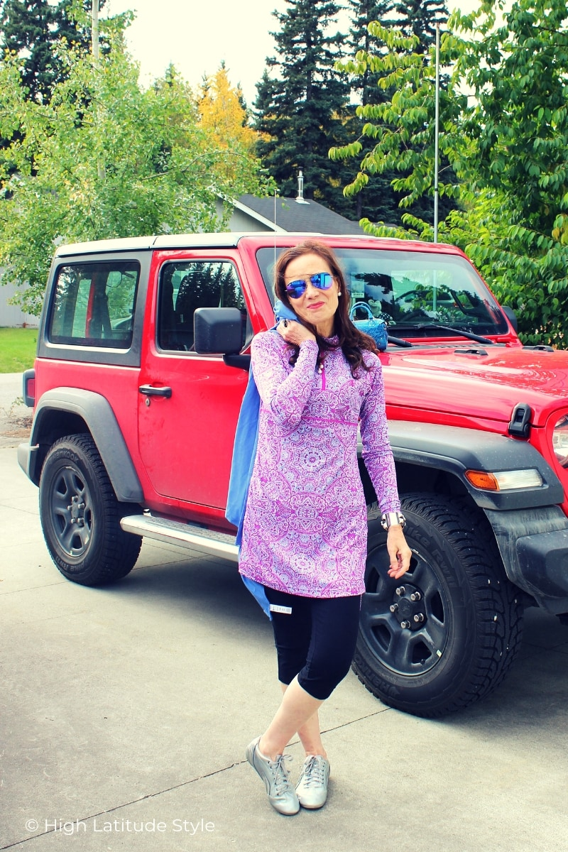 Nicole in long tunic, leggings, sneakers, mirrored aviators