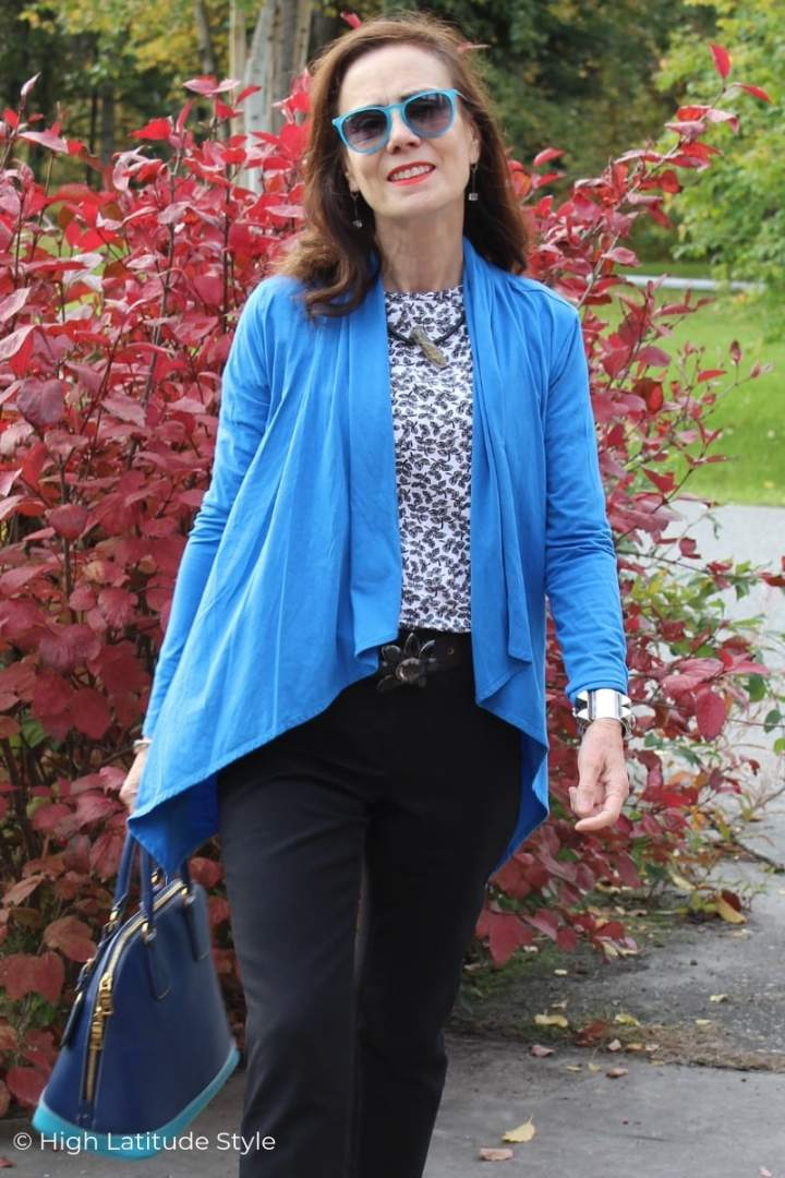 Style blogger in casual work look with azure cardigan