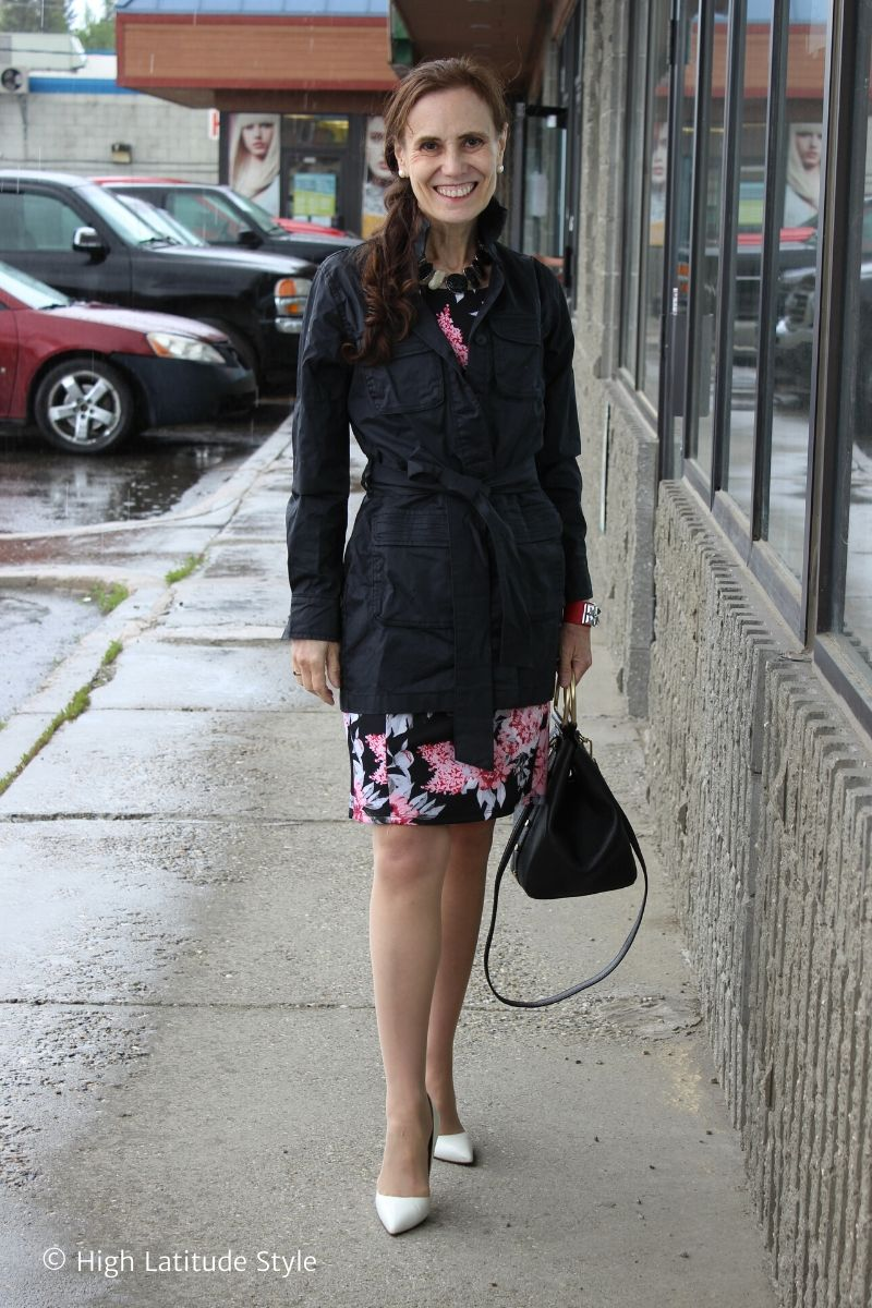 style blogger Nicole Mölders in raincoat, white pumps and floral sheath