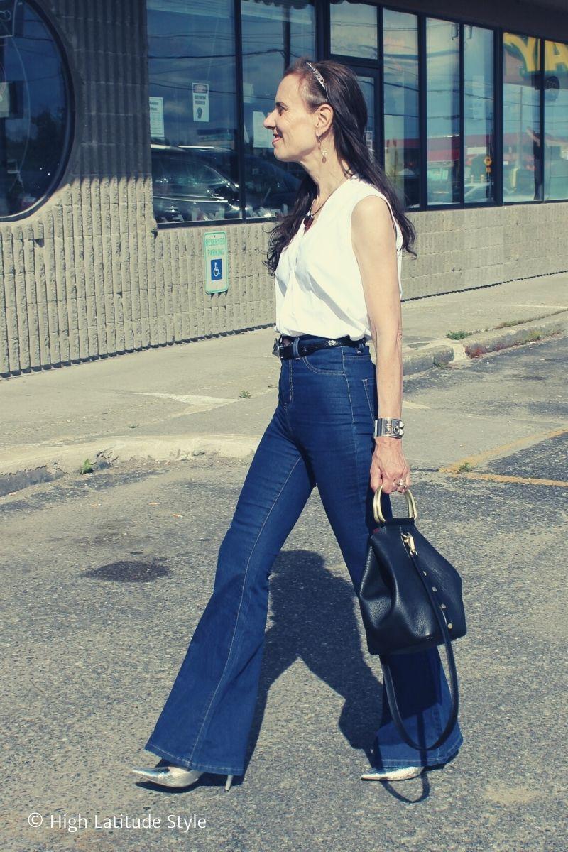 fashion blogger walking in a blue white ootd thru a mall