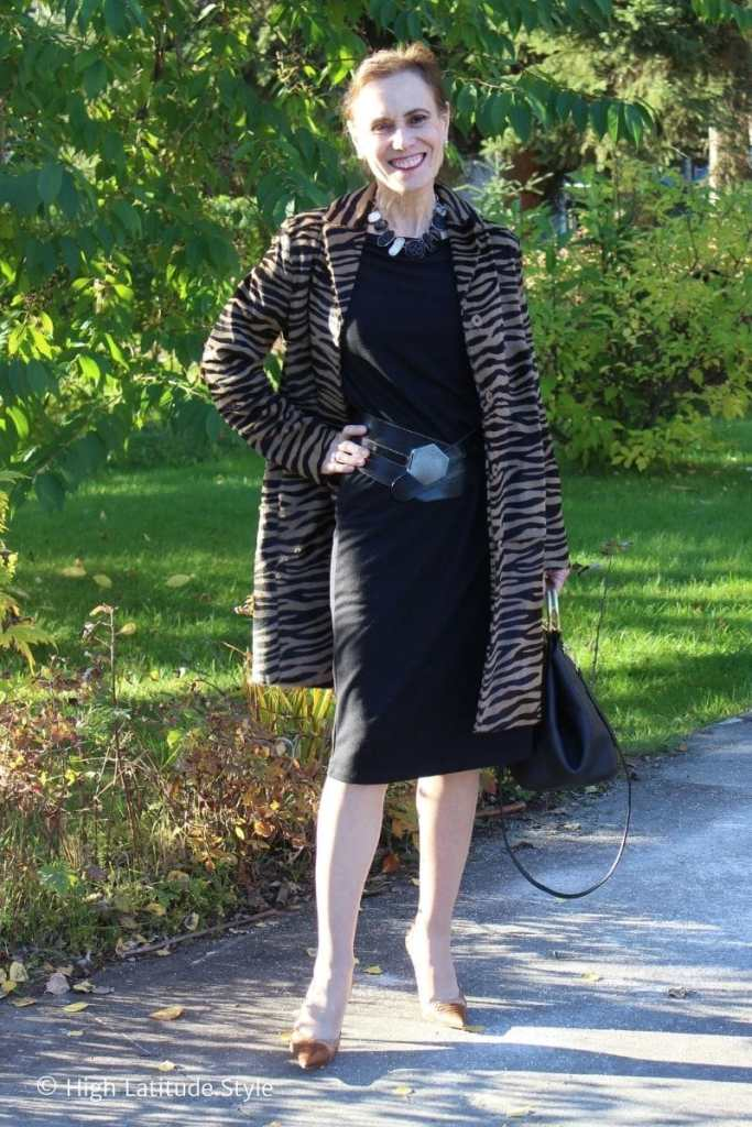 style blogger in LBD pantyhose DIY belt boxy coat