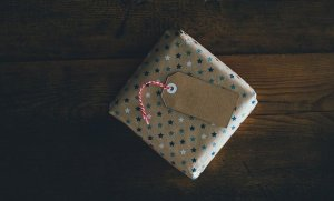 Read more about the article Gifting 100 Years Ago and Today: Simple Guide for Evergreen Gifts
