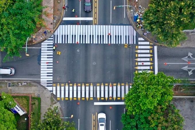 ¿Sabes por qué hay intersecciones de la ciudad decoradas con lápices y teclados?