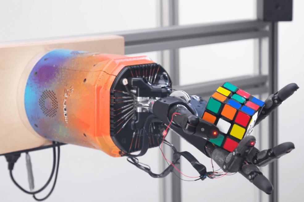 La mano robótica que se enseñó a sí misma a resolver un cubo de Rubik