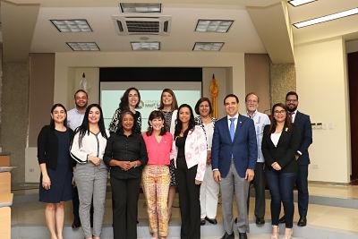Embajadora de Estados Unidos visita proyecto de apoyo a mujeres empresarias