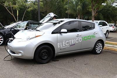 Realizan exhibición de vehículos eléctricos