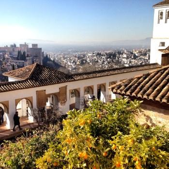 Alhambran linna Granadassa.