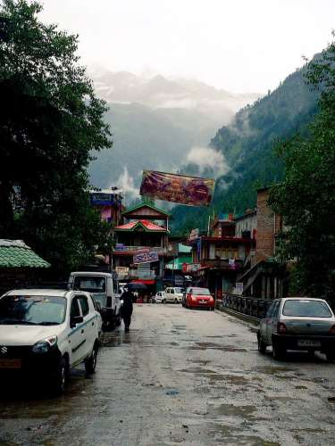 kasol-market-bus-stand-hikesdaddy