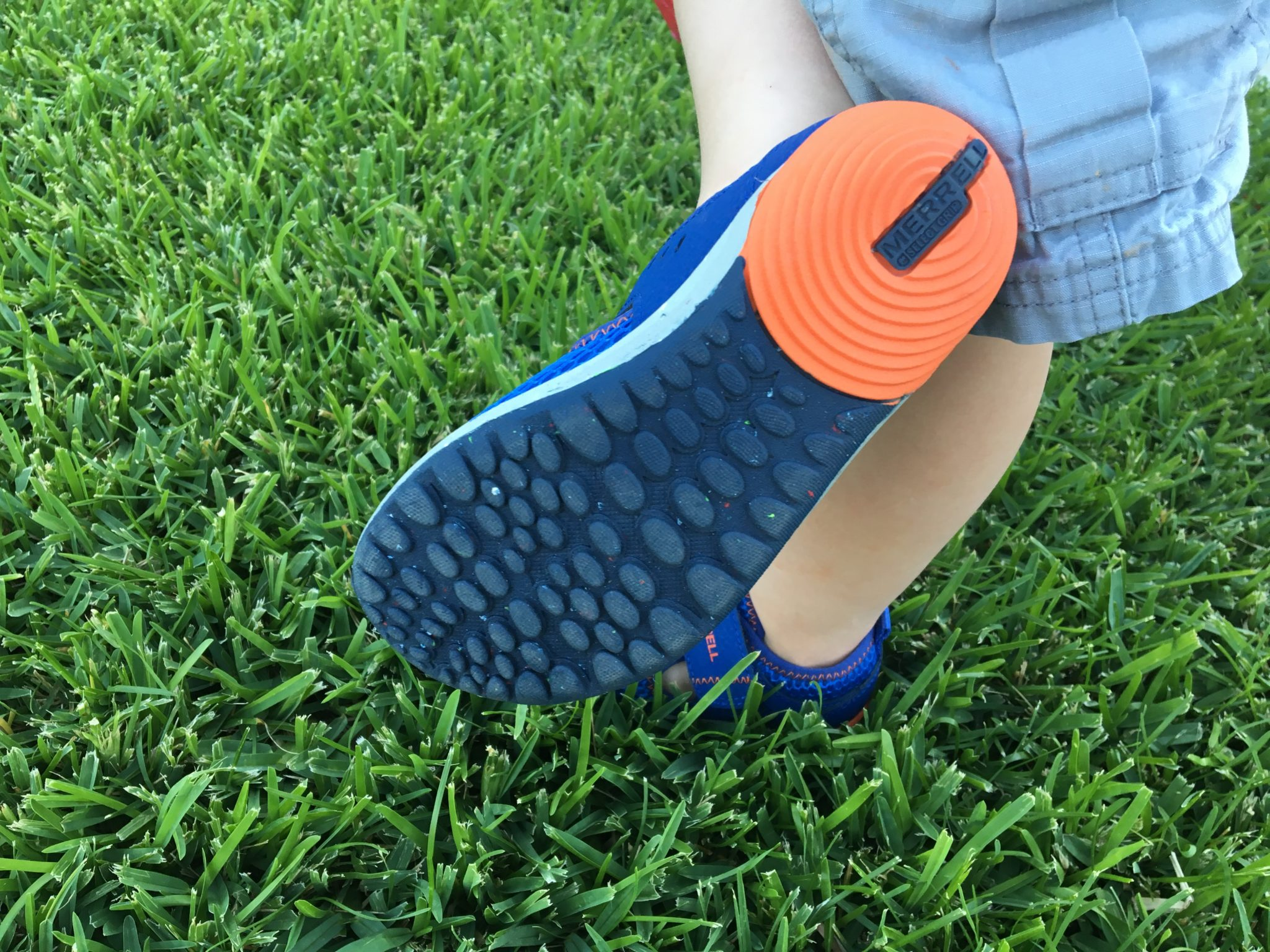 Multidirectional tread for a barefoot feel