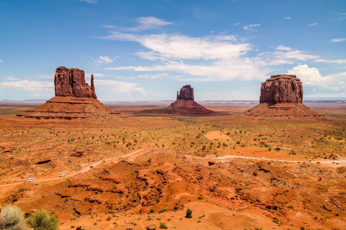 Family road trip through Monument Valley Utah Arizona #familyroadtrip
