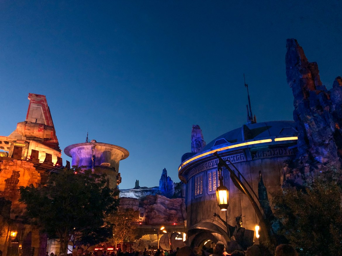 Galaxy's Edge Disneyland Los Angeles California #galaxysedge #hilarystyleme