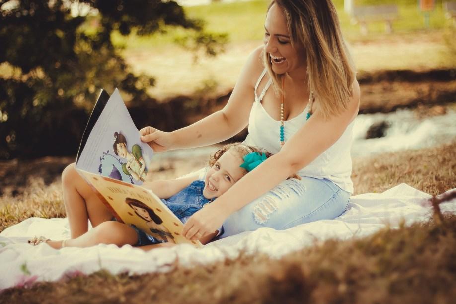 Mor og datter leser bok, testleser, betaleser