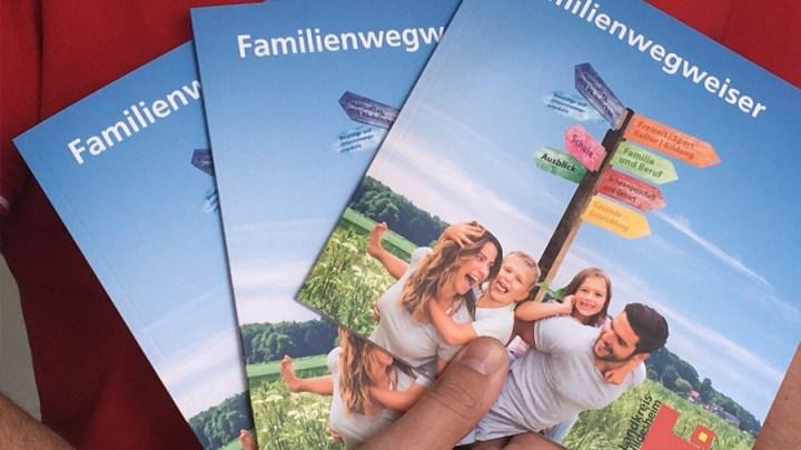 Gebündelte Informationen für Eltern: Familienwegweiser ist erschienen