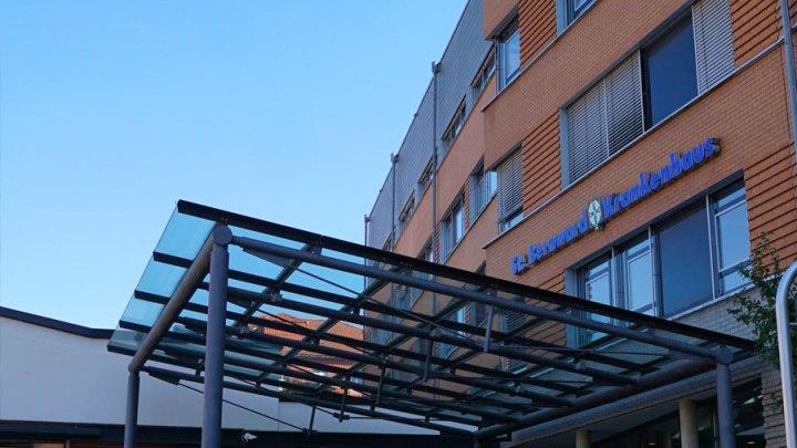 Besucher müssen im St. Bernward Krankenhaus ab sofort eine FFP2-Maske tragen