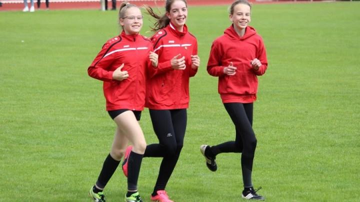 TKJ-Mädels werden Bezirksmeisterinnen in der Staffel über dreimal 800-Meter