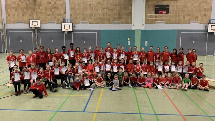 TKJ Sarstedt zeichnet 58 junge Leichtathleten aus und verteilt Weihnachtsgeschenke
