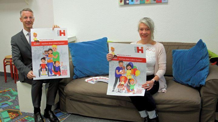 """""""Kinder – machen Dein Leben bunter"""": Pflegekinderdienst startet Plakat- und Postkartenaktion, um neue Pflegefamilien zu gewinnen"""