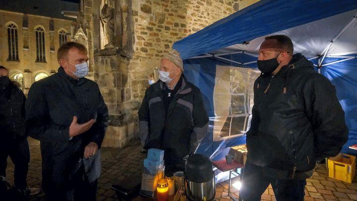 Betroffeneninitiative im Bistum Hildesheim erinnert mit Lichter-Aktion auf Domhof an Missbrauchsopfer