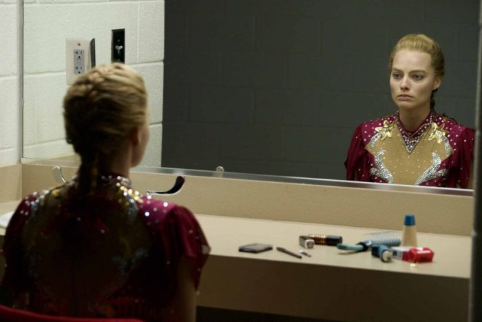 Tonya frente al espejo...