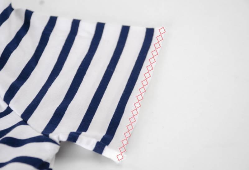 Nähanleitung Step by Step für selbstgenähtes Maritim gestreiftes Basic T-Shirt. Vor dem Säumen versäubern.